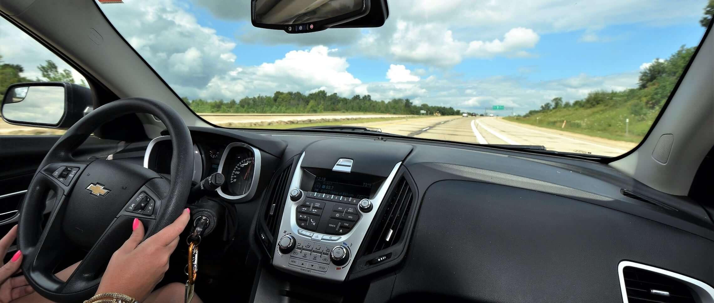 intensivkurs kvinna i bil landsväg